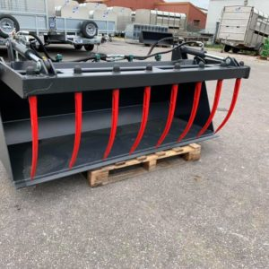 Muck/dung bucket grab . Hydraulic rams and euro attachment ,580mm tines. Call mark on 07710637078 or Sam on 07522716854 for further information